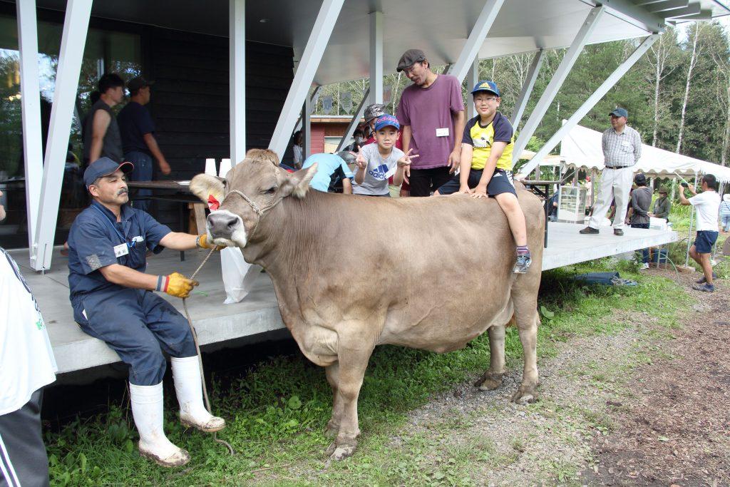 心優しく穏やかな学舎の牛も、子ども達の遊び相手に。